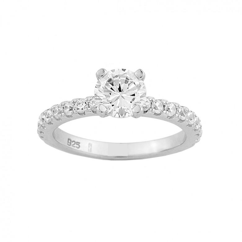 Δαχτυλίδι μονόπετρο και ολόβερο με πέτρες ζιργκόν από επιπλατινωμένο ασήμι 925°